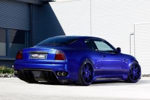 Große Alufelgen auf dem Maserati 4200 in passender Karosseriefarbe lackiert