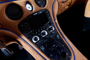Consoles in the interior of the Maserati 4200 can be finished with visible carbon