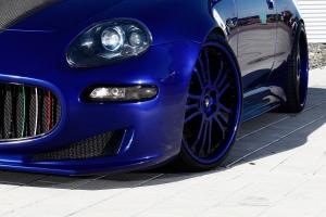 Seitenschweller und zusätzliche Lufteinlässe runden die exlusive Optik des Maserati 4200 ab