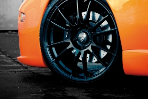 Black 20-inch alloy wheels, large yet lightweight, for the Maserati 4200