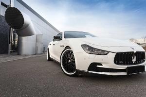 Grosse schwarze Alufelgen, massiv und dennoch anschmiegsam, passend für den Maserati Ghibli