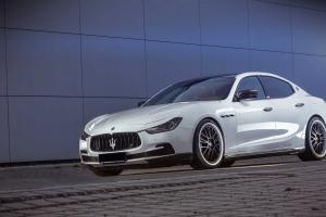 Kleine Verdedelungen aus Sichtcarbon an den Türgriffen und den Lufteinlässen für den Maserati Ghibli