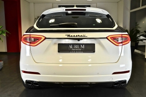 Striking rear end with numerous carbon tuning parts