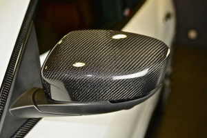 Mirror caps made of carbon for the Maserati Levante ensure a noble appearance