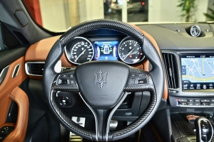 Even on the steering wheel of the Maserati Levante refinements made of carbon are possible