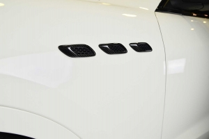 Side air inlets made of carbon for the Maserati Levante